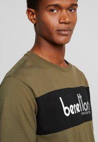 Benetton - T-shirt z nadrukiem - olive - 3
