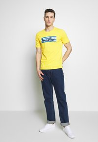 Benetton - T-shirt z nadrukiem - yellow - 1
