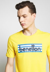 Benetton - T-shirt z nadrukiem - yellow - 4