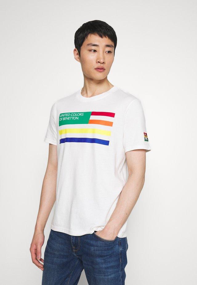FLAG FRONT - T-shirt med print - white