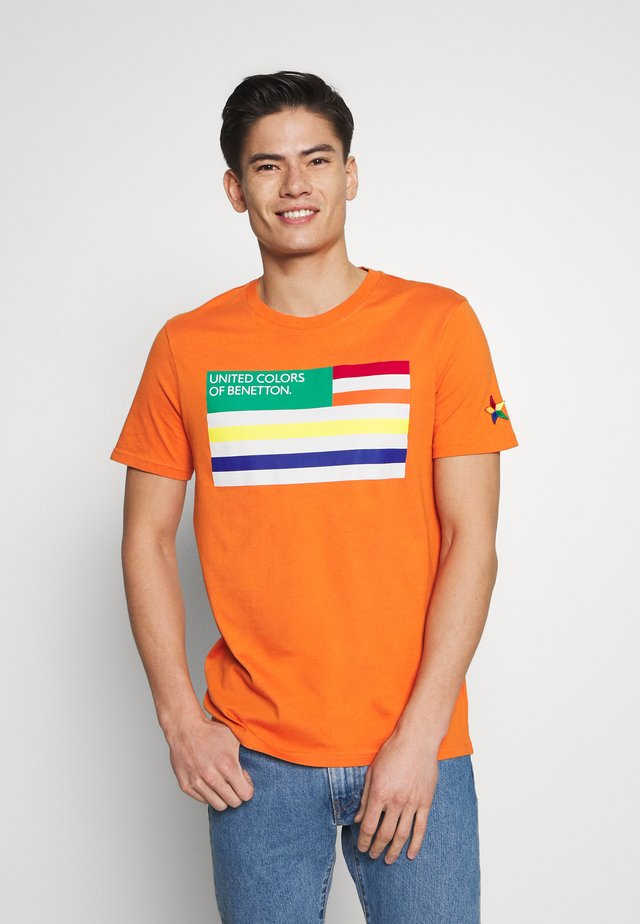 FLAG FRONT - T-shirt med print - orange