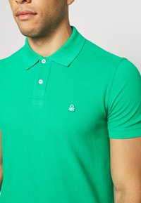 Benetton - REGULAR FIT - Polotričko - green benetton - 5