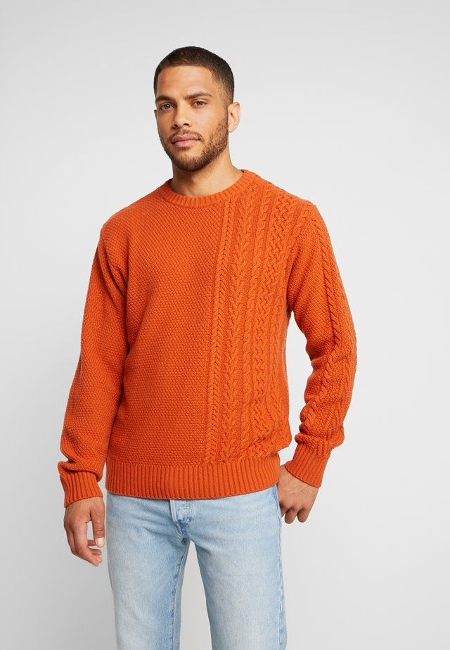 Stickad tröja - brick brown