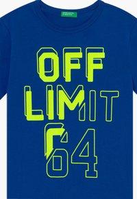 Benetton - T-shirt con stampa - blue/neon yellow - 3