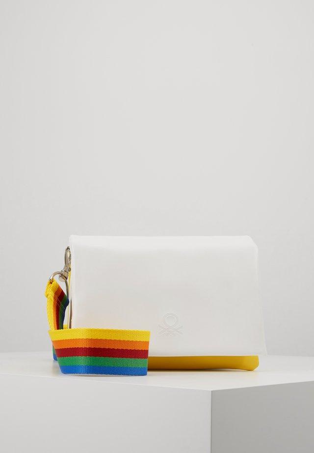 Taška spříčným popruhem - white/multicolor