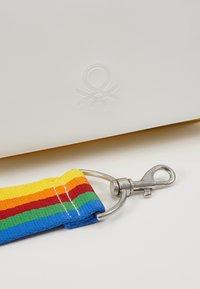 Benetton - Torba na ramię - white/multicolor - 2