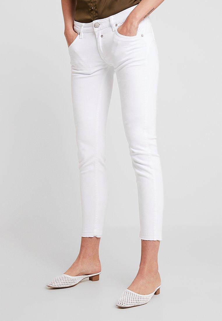 Herrlicher - TOUCH CROPPED - Slim fit jeans - white