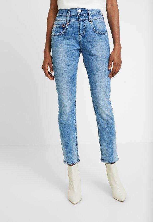 PITCH MOM DENIM STRETCH - Jeans Straight Leg - blue denim