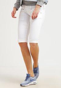 Herrlicher - PITCH - Shorts vaqueros - white - 3