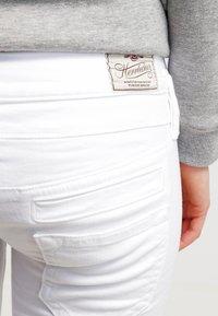 Herrlicher - PITCH - Shorts vaqueros - white - 5