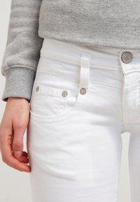 Herrlicher - PITCH - Shorts vaqueros - white - 4
