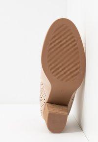 H.I.S - Kotníková obuv - nude - 6