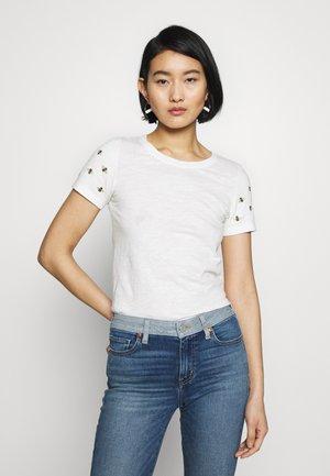 CARLEY - Camiseta estampada - white/beige