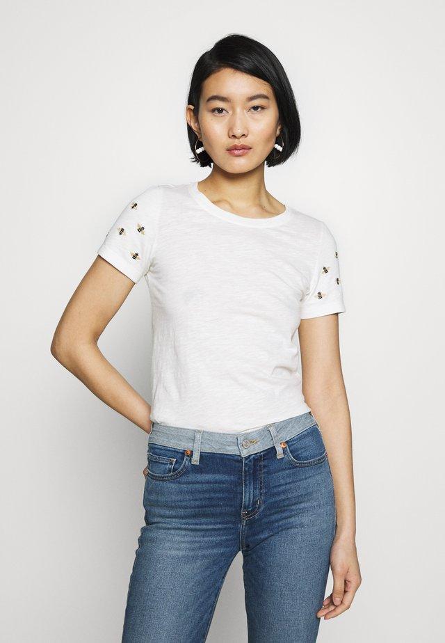 CARLEY - T-shirt z nadrukiem - white/beige