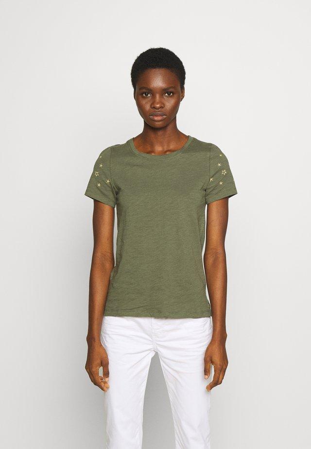 CARLEY - T-shirt med print - khaki