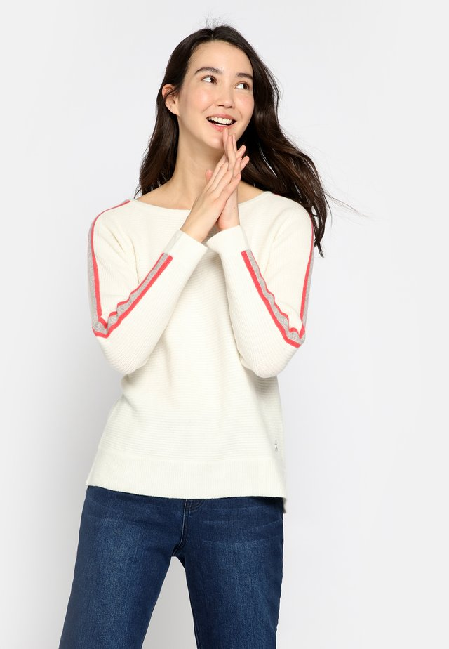 MIT RUNDHALSAUSSCHNITT  - Stickad tröja - off-white