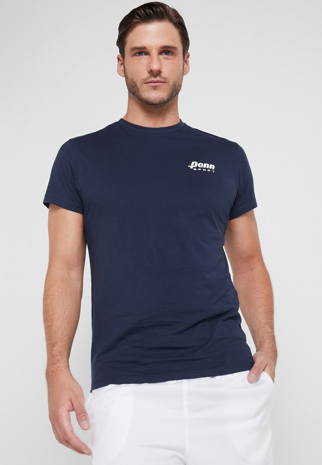 MENS BADGE TEE - Printtipaita - navy