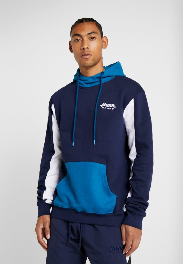 MEN BLOCKED EMBOSSED SLEEVE HOODIE - Huppari - dark blue
