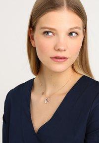 Swarovski - DUO PENDANT HAMSA HAND  - Necklace - rosegold-coloured - 1