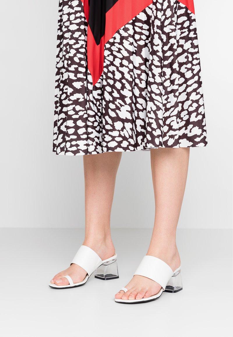 4th & Reckless - CHI - Sandály s odděleným palcem - white