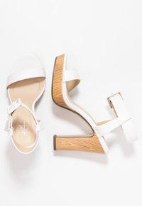 4th & Reckless - LUTHER - Sandály na vysokém podpatku - white - 3