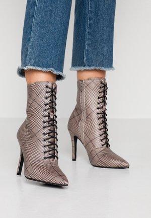 EMERY - Kotníková obuv na vysokém podpatku - grey