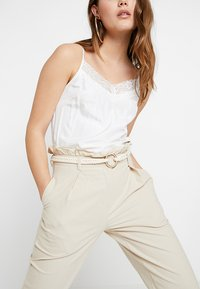 4th & Reckless - ISABELLA TROUSER - Bukse - stone - 3