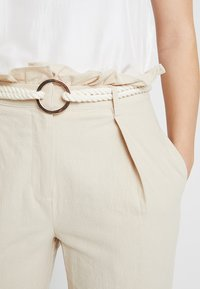 4th & Reckless - ISABELLA TROUSER - Bukse - stone - 5