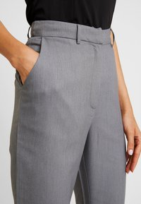 4th & Reckless - EXCLUSIVE MARIANNA TROUSER - Pantaloni - grey - 5