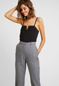 4th & Reckless - EXCLUSIVE MARIANNA TROUSER - Pantaloni - grey - 3