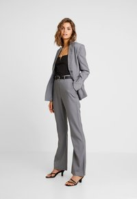 4th & Reckless - EXCLUSIVE MARIANNA TROUSER - Pantaloni - grey - 1