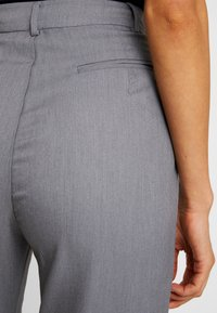 4th & Reckless - EXCLUSIVE MARIANNA TROUSER - Pantaloni - grey - 6