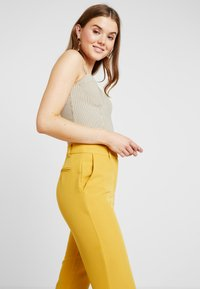 4th & Reckless - EXCLUSIVE MARIANNA TROUSER - Kalhoty - yellow - 4
