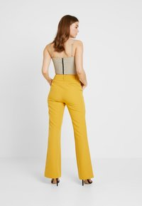 4th & Reckless - EXCLUSIVE MARIANNA TROUSER - Kalhoty - yellow - 3