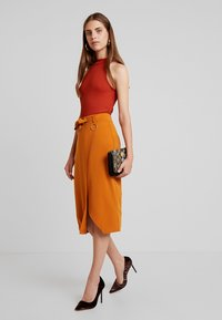 4th & Reckless - ALBABELTED MIDI SKIRT WITH RING DETAIL - Wrap skirt - ginger - 1
