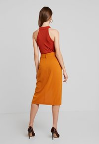 4th & Reckless - ALBABELTED MIDI SKIRT WITH RING DETAIL - Wrap skirt - ginger - 2