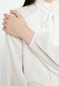 4th & Reckless - MAXWELL BODYSUIT WITH SHEER SLEEVE AND NECK TIE - Camicetta - white - 5