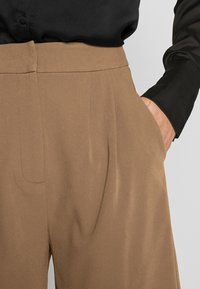 4th & Reckless - PASCAL - Shorts - camel - 4