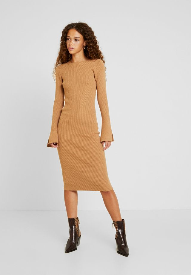 COREY MIDI DRESS WITH LOW V SHAPED BACK - Sukienka dzianinowa - camel