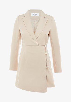 BLAZER DRESS WITH WRAP AND BUTTON DETAIL - Denní šaty - cream