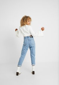 4th & Reckless Petite - AUSTIN CROP WITH HARDWARE DETAIL AND FLARE - Bluzka - white - 2