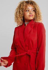 4th & Reckless Petite - DION WITH WAIST TIE - Halflange jas - red - 5