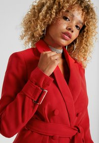 4th & Reckless Petite - DION WITH WAIST TIE - Halflange jas - red - 3