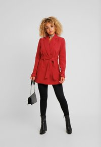 4th & Reckless Petite - DION WITH WAIST TIE - Halflange jas - red - 1