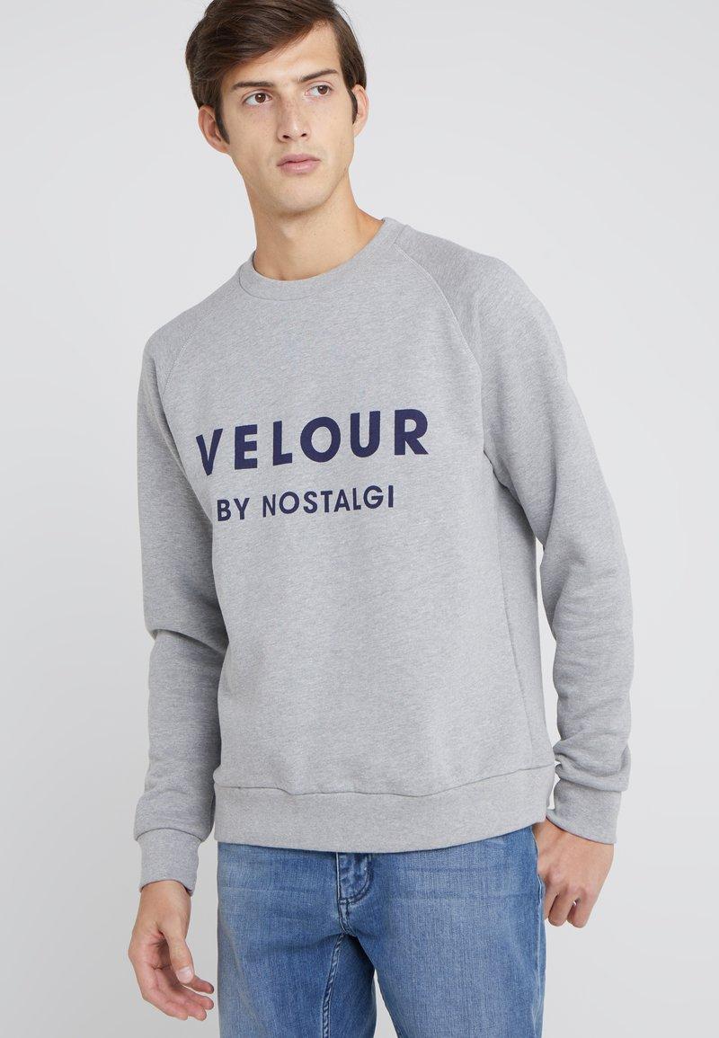 Velour by Nostalgi - LOGO SWAN - Collegepaita - grey