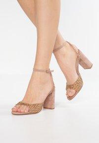Bibi Lou - Højhælede sandaletter / Højhælede sandaler - taupe - 0