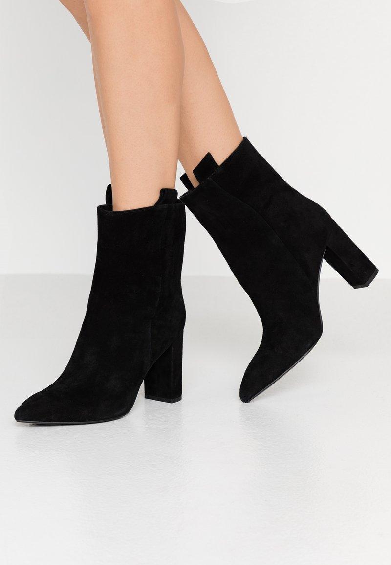 Bibi Lou - Højhælede støvletter - black