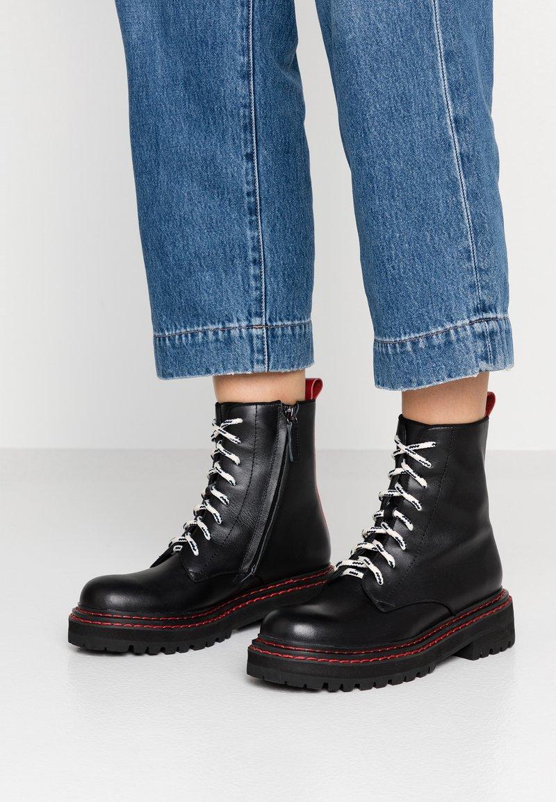 Bibi Lou - Kotníkové boty na platformě - black