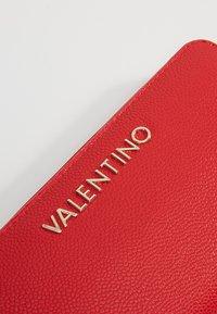Valentino by Mario Valentino - DIVINA WALLET - Peněženka - rosso - 2