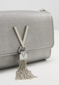 Valentino by Mario Valentino - MARILYN CROSS BODY - Sac bandoulière - argento - 6